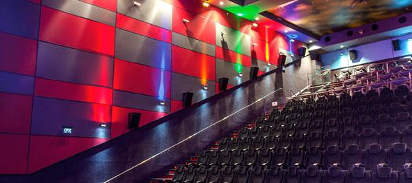 Пример оформления стен смотрового зала кинотеатра с использованием стеновых акустических панелей Ecophon