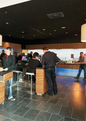 Пример использования акустических панелей Ecophon в кафе кинотеатра