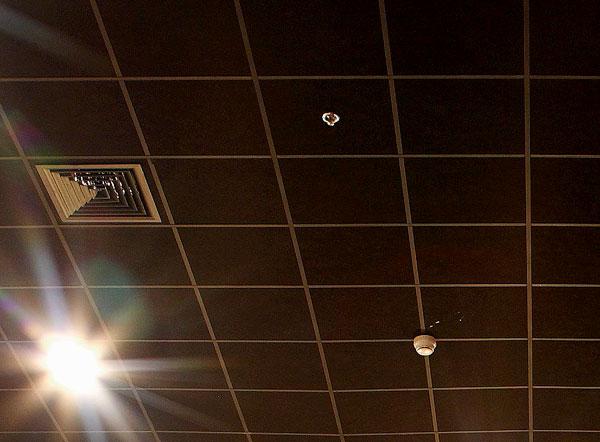 Пример использования черных акустических панелей подвесного потолка Ecophon в кинотеатре
