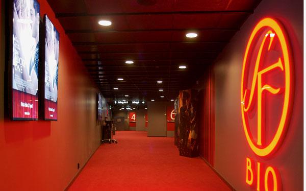 Пример использования акустических панелей Ecophon черного цвета в коридоре кинотеатра