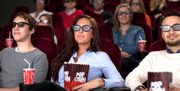 Зрители смотрящие фильм